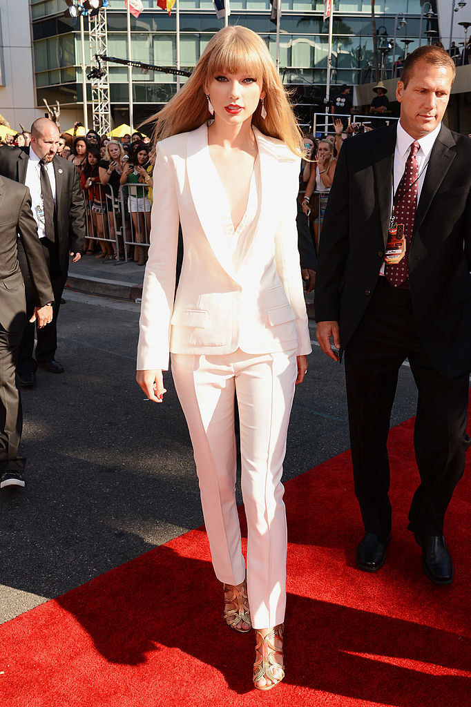 Photo of Taylor Swift in a white suit on the VMAs red carpet
