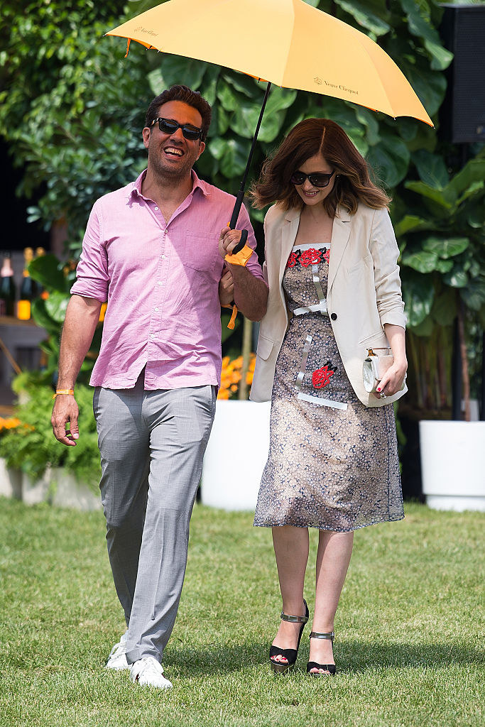 Bobby Cannavale (L) and Rose Byrne walking across the grass at the 2016 Veuve Clicquot Polo Classic