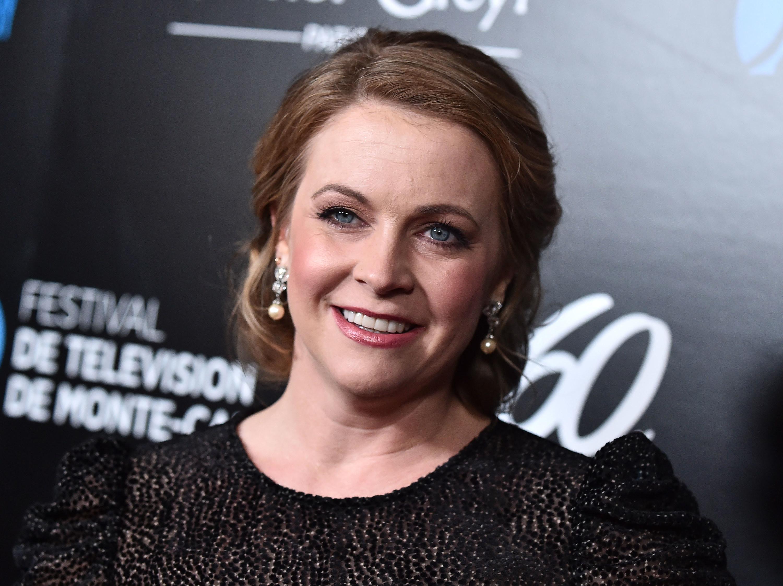 Closeup photo of Melissa Joan Hart smiling at something off-camera