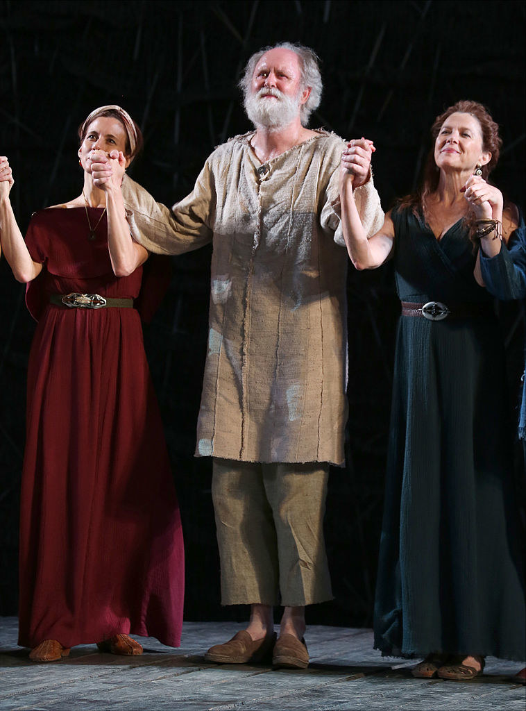 Lithgow takes a bow with his costars following his King Lear performance