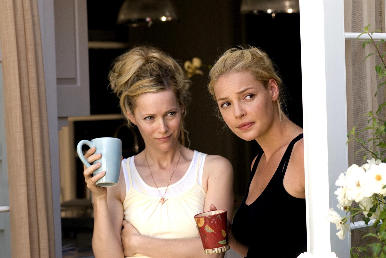 Leslie Mann and Katherine Heigl drinking coffee.