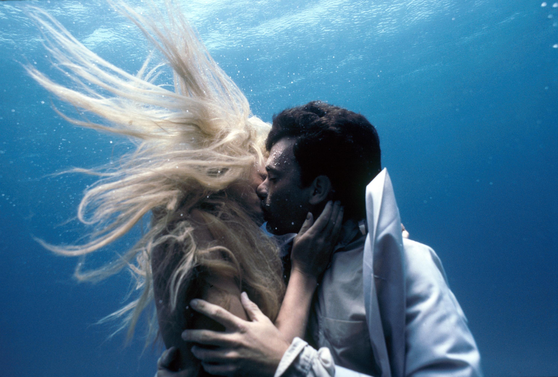 Daryl Hannah and Tom Hanks kiss underwater