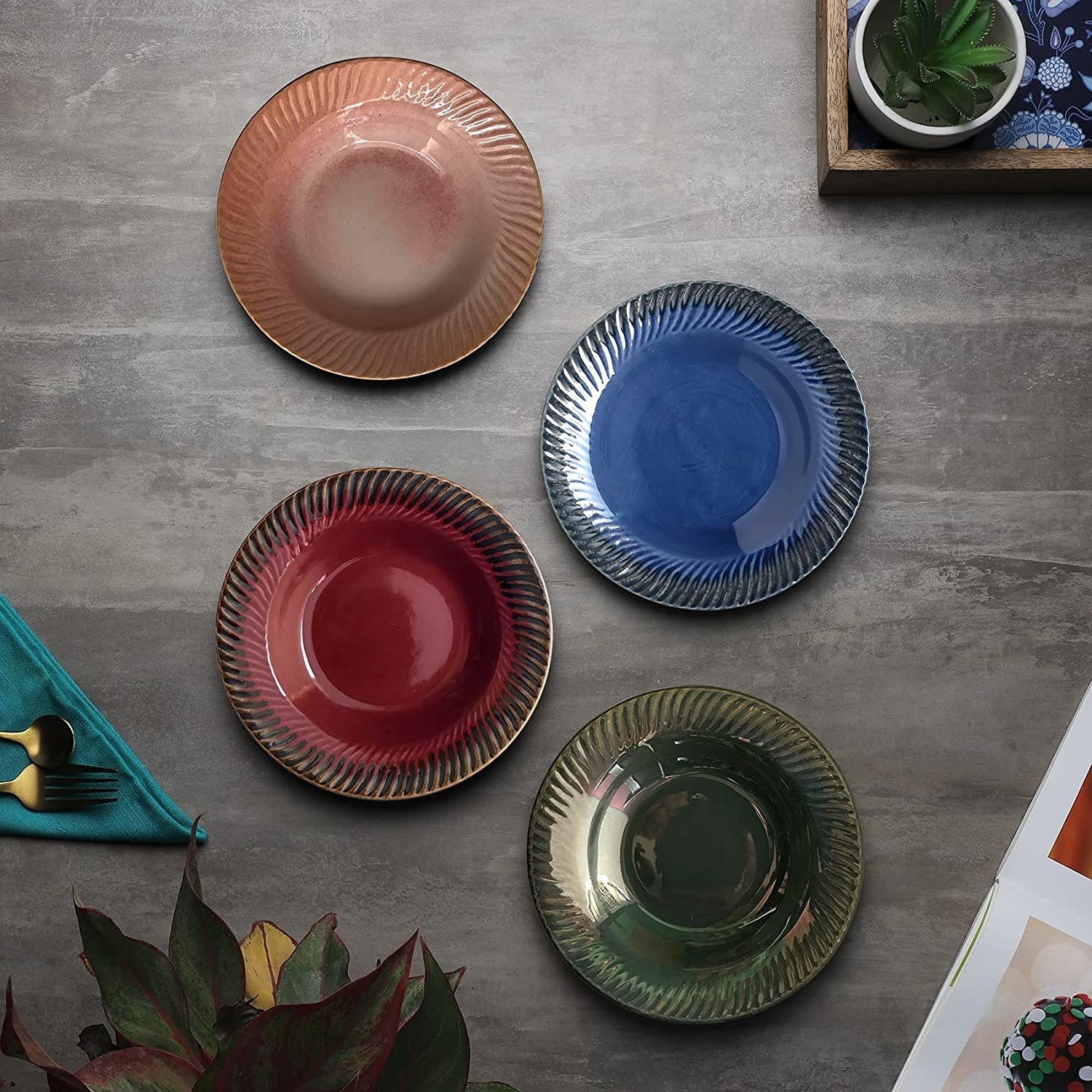 4 ceramic pasta plates in the colour pink, blue, green and red