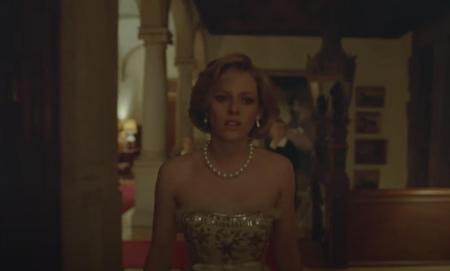 Kristen as Princess Diana, wearing pearls