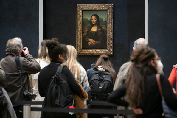 huge crowd around the masterpiece