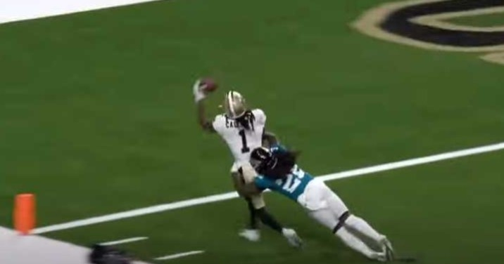 Saints player makes one-handed catch while being tackled