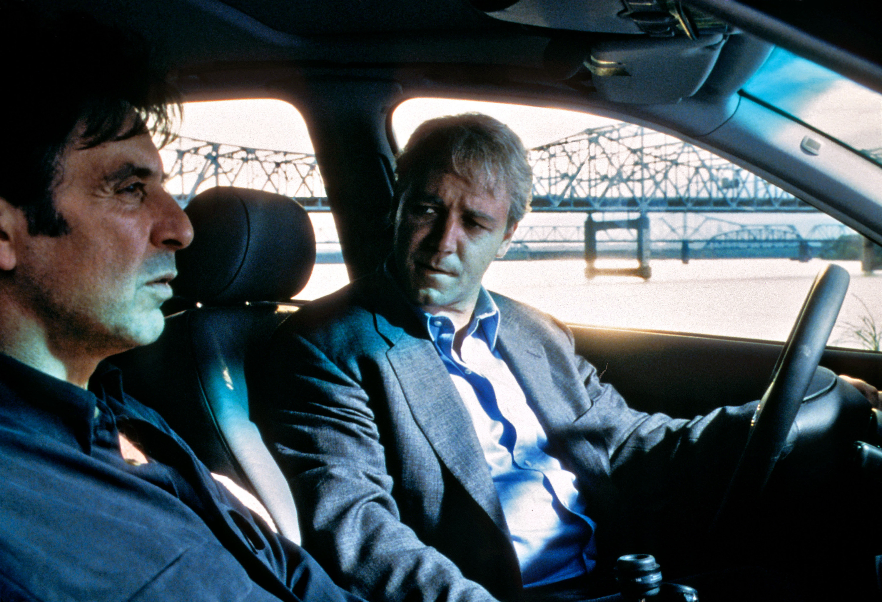 Al Pacino talks to Russell Crowe in a car