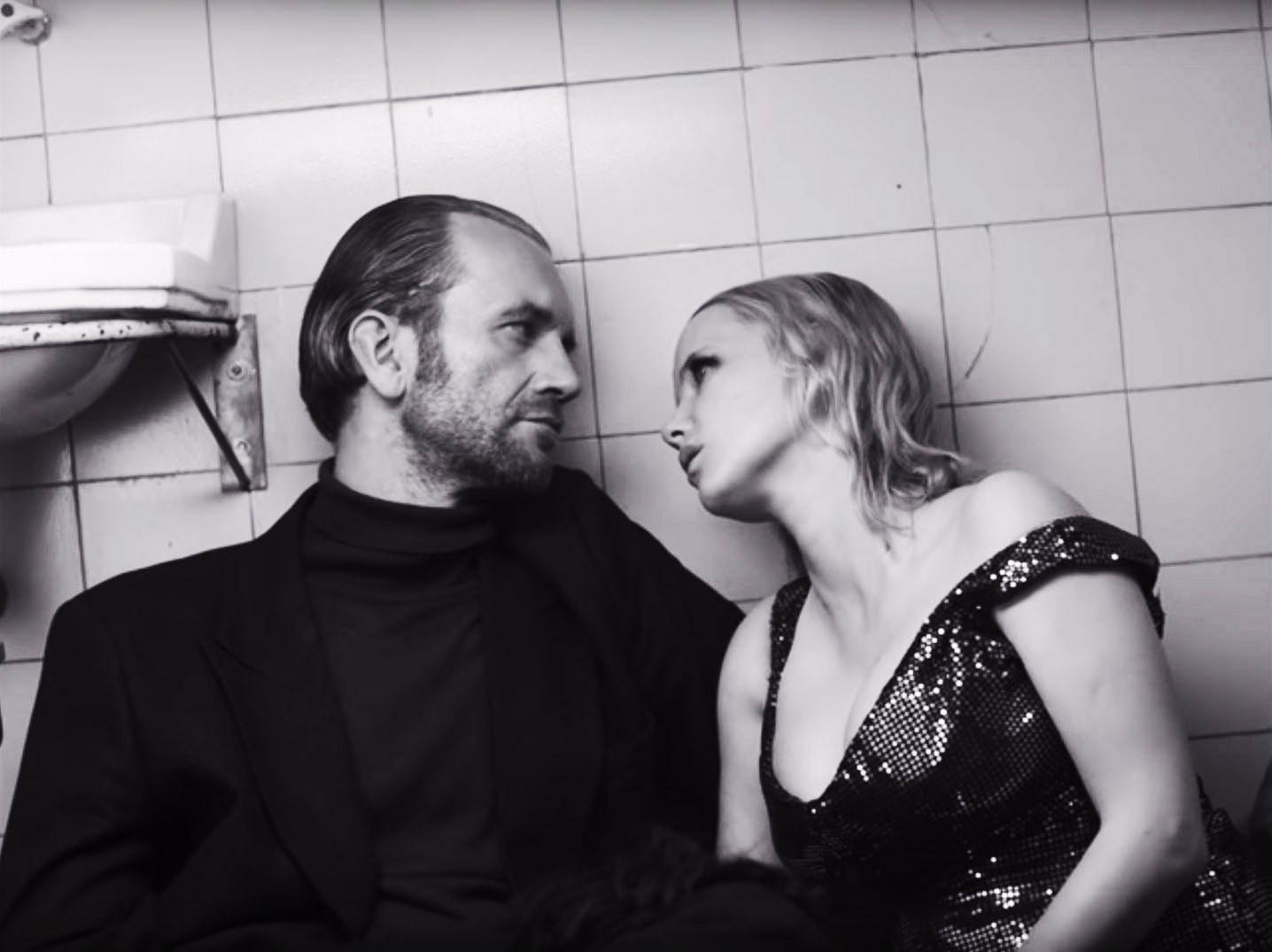 Tomasz Kot and Joanna Kulig lean against each other on the floor of a bathroom