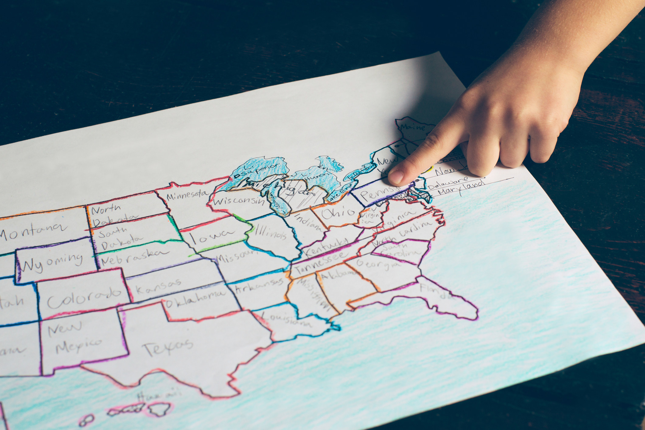 Child pointing to USA state