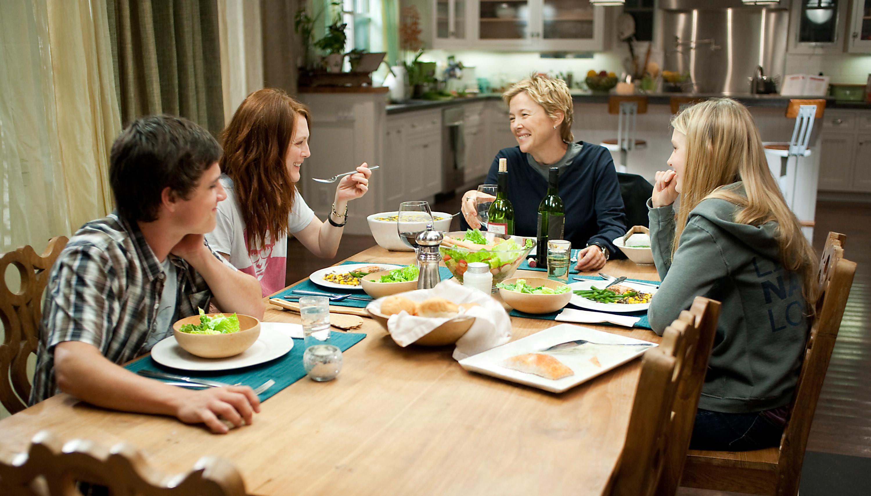 Josh Hutcherson, Julianne Moore, Annette Bening, and Mia Wasikowska sit around the dinner table