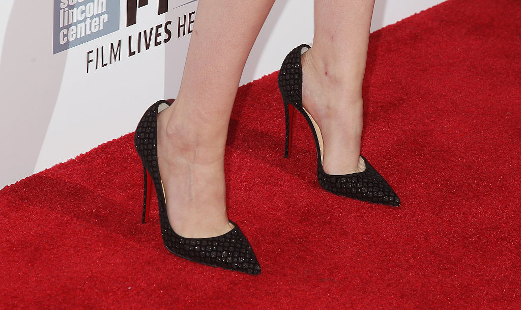 Kristen Stewart wears shoes that are a size too big
