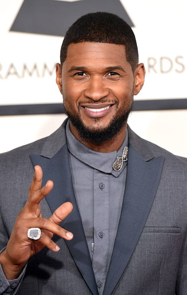 Usher waving to paparazzi
