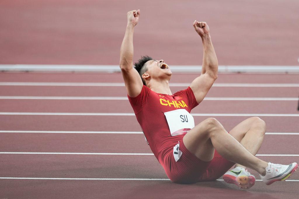 Su Bingtian falls to the ground with joy