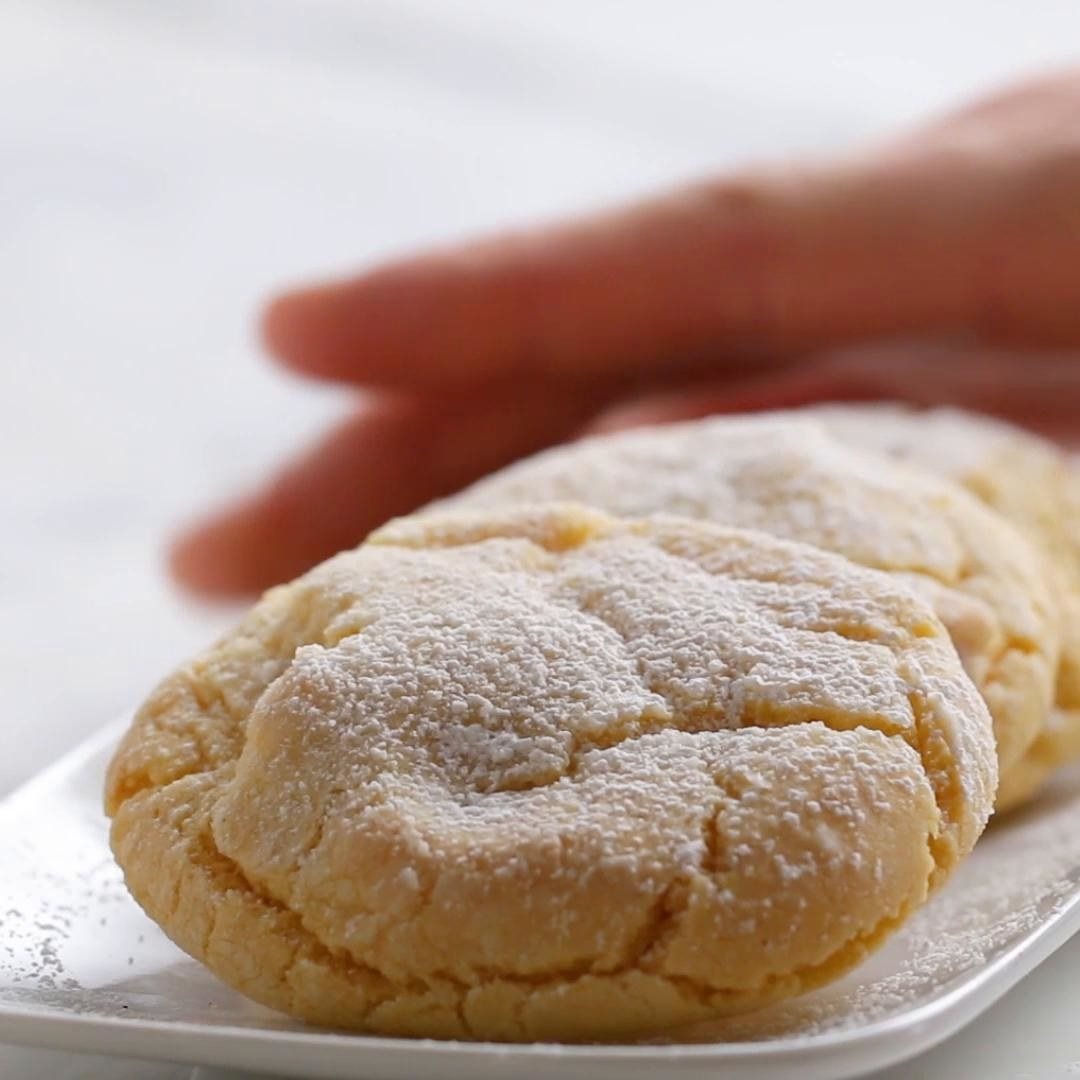 Lemon cookies with icing sugar sprinkled on it