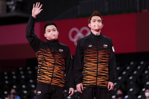Aaron Chia(left) and Soh Wooi Yik standing on podium