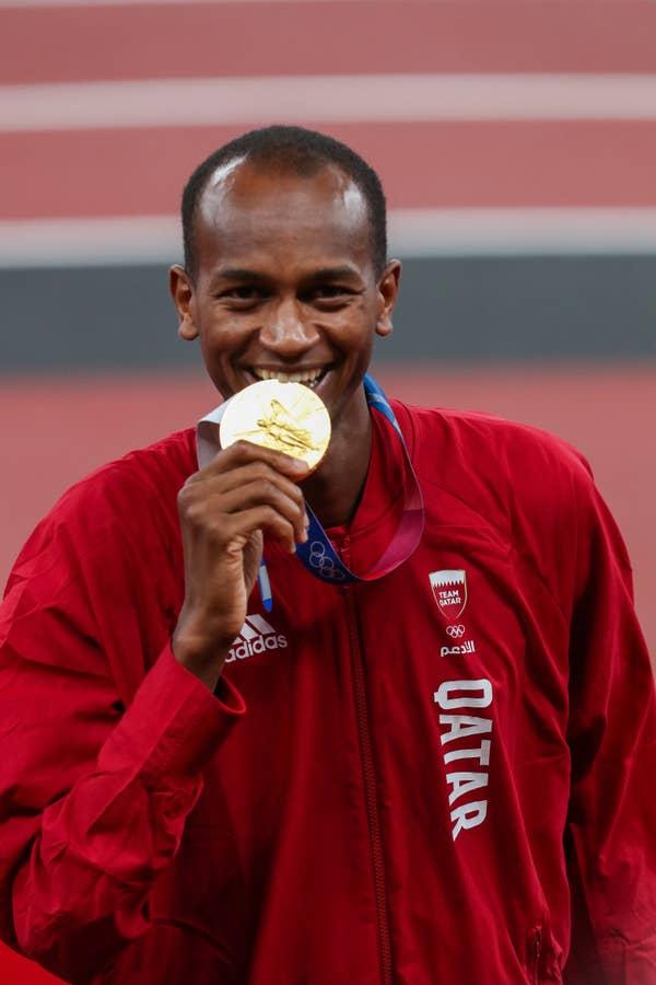 Mutaz Barshim of Qatar with his gold medal