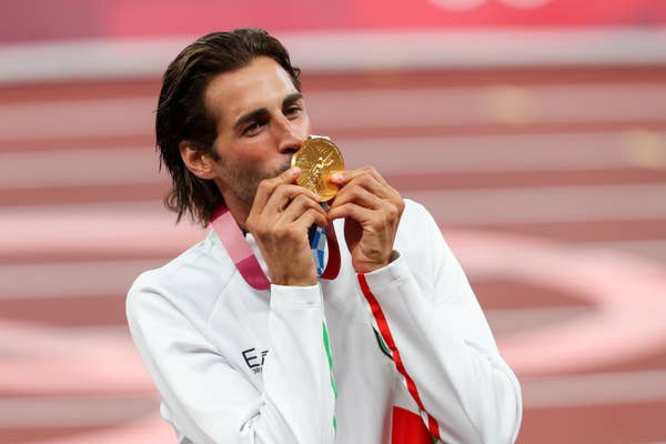 Gianmarco Tamberi of Italy kisses his gold medal