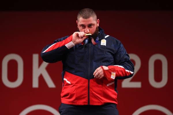 Lasha Talakhadze kisses gold medal