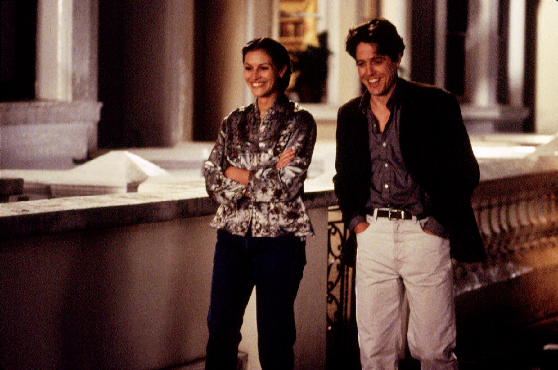 Hugh Grant and Julia Roberts' characters walk and smile together