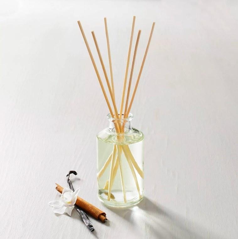 The oil diffuser with six reed sticks