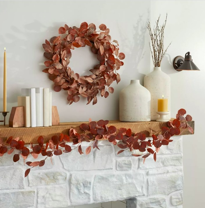 The garland spread out on the mantlepiece