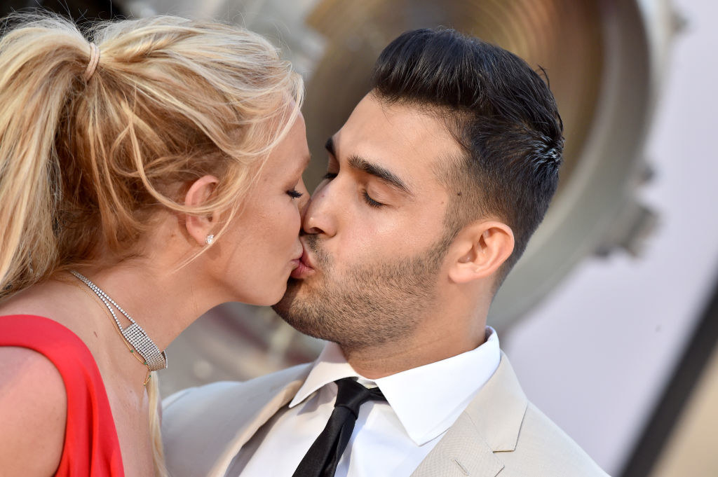 Britney and Sam kissing