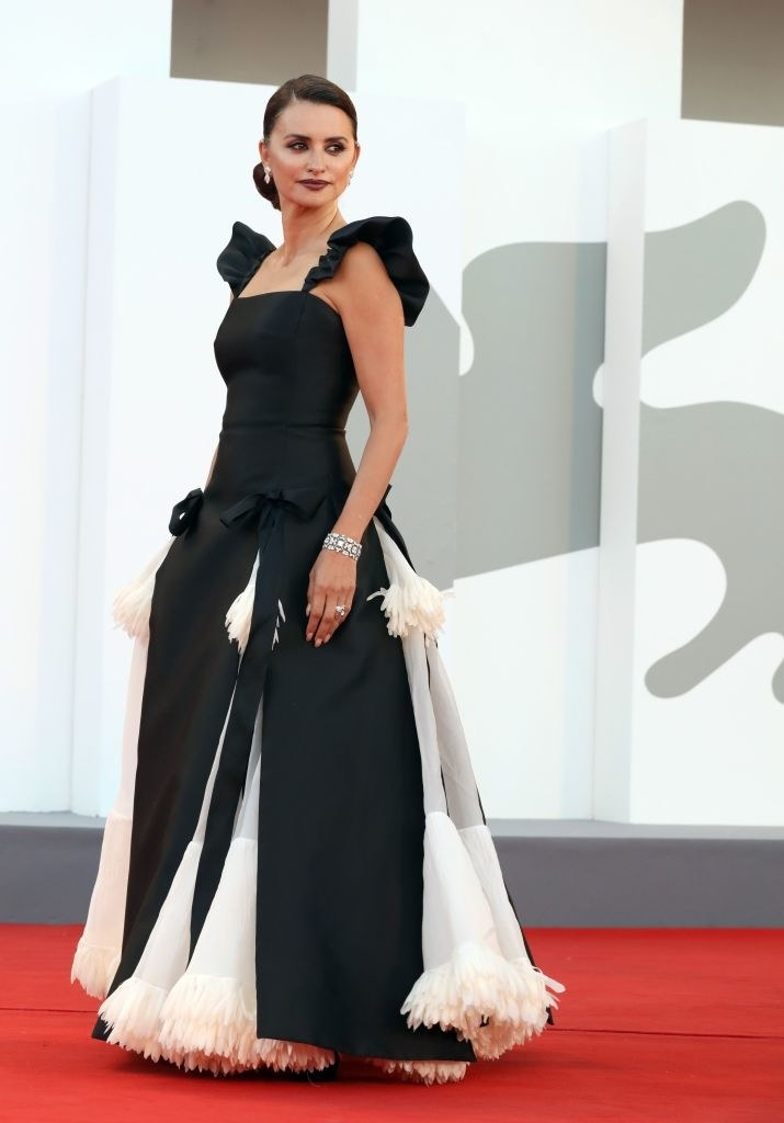 """Penelope Cruz attends the red carpet of the movie """"Madres Paralelas"""" in a black and white ball gown"""