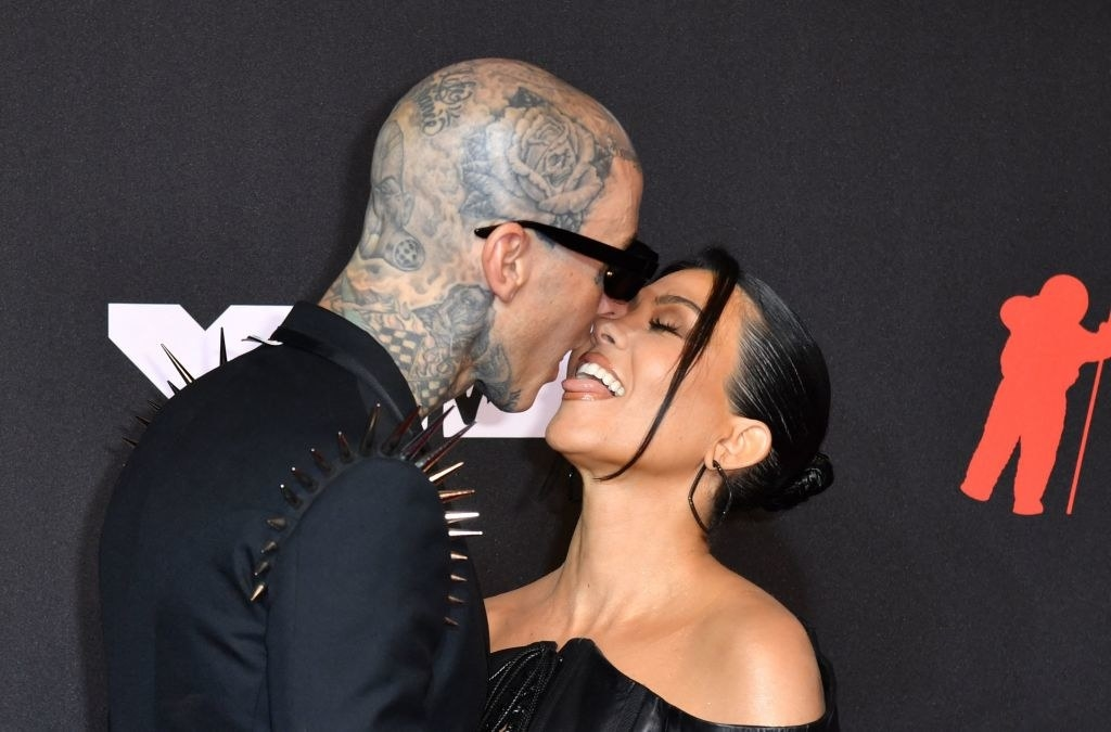 Travis Barker (L) and US personality Kourtney Kardashian arrive for the 2021 MTV Video Music Awards