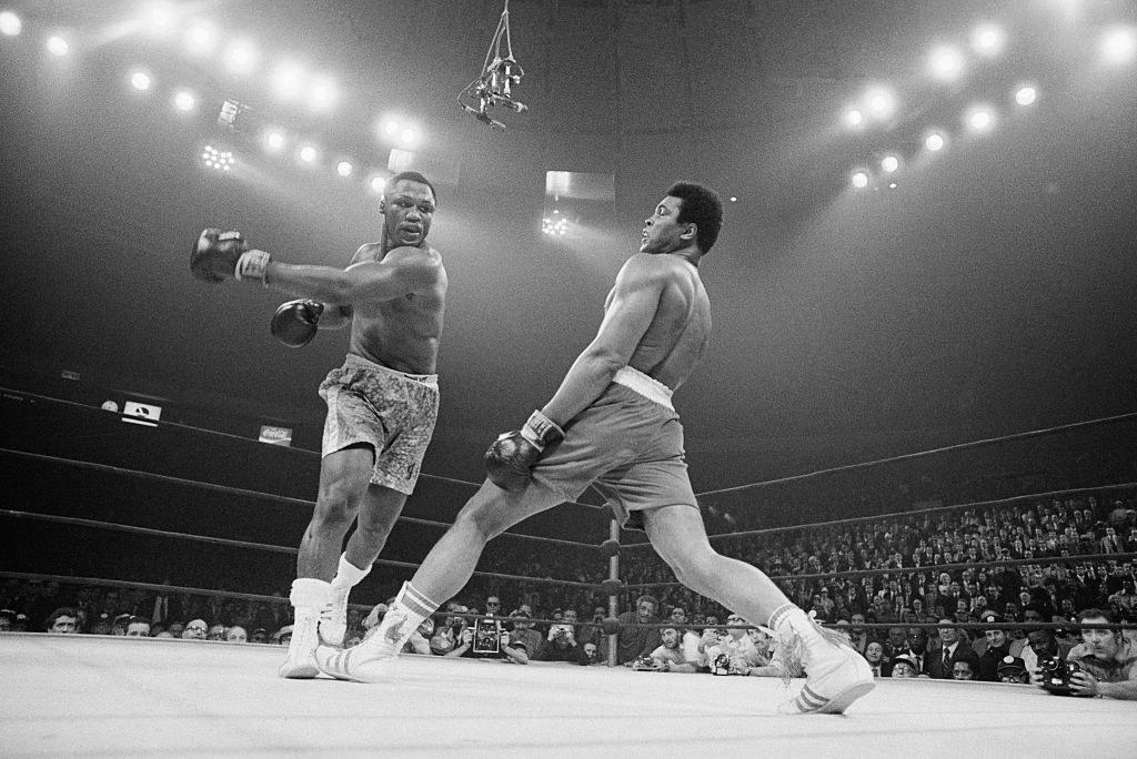 Frazier swings at Ali