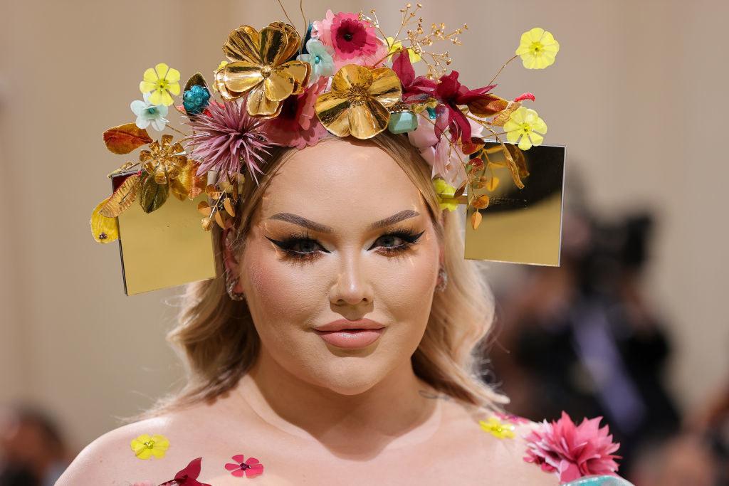A close up ofNikkie de Jage shows off her floral head dress