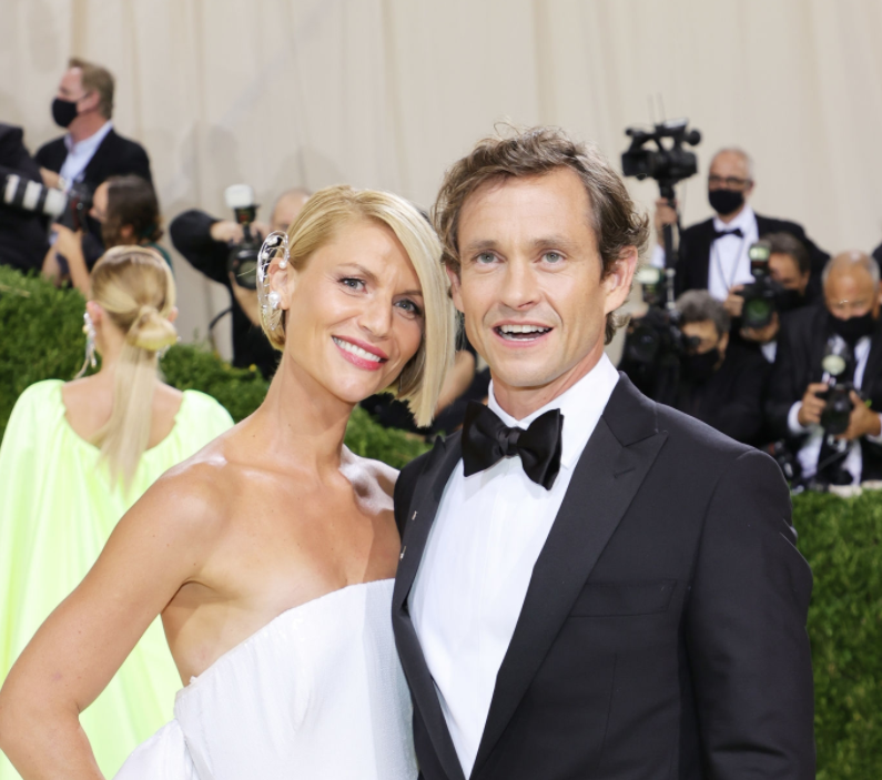 A close up ofClaire Danes and Hugh Dancy as they pose on the Met Gala red carpet