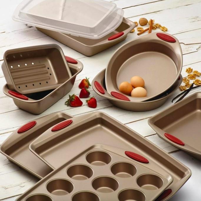 Whole bakeware set shown.