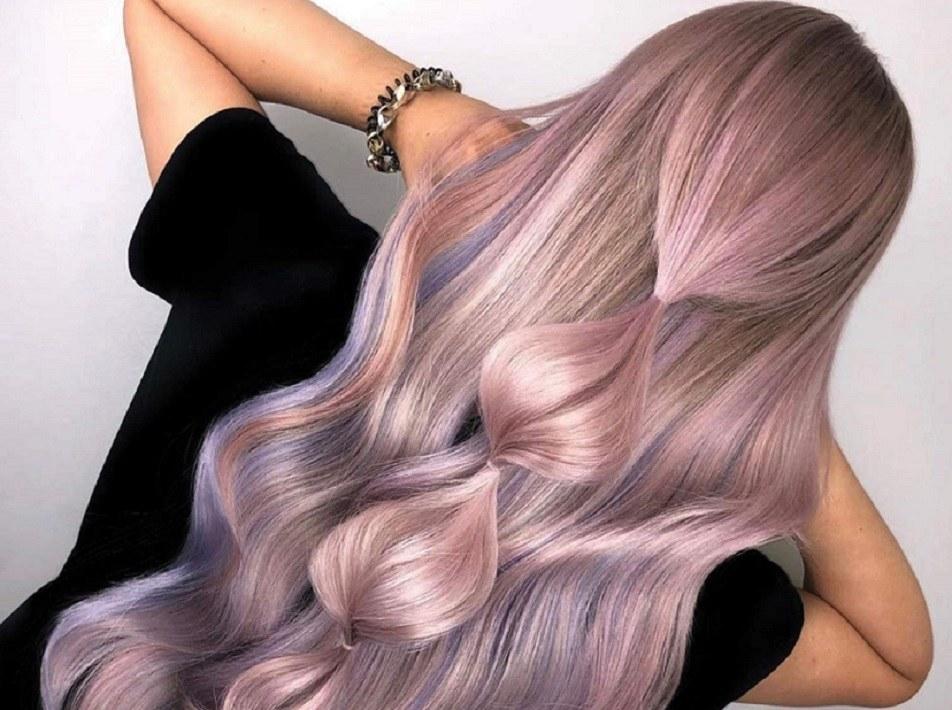 Persona con cabello color fantasía