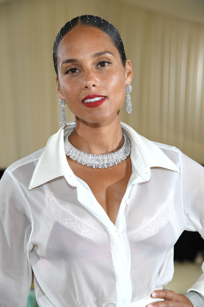 A close up ofAlicia Keys shows off her minimal makeup and bold lipstick
