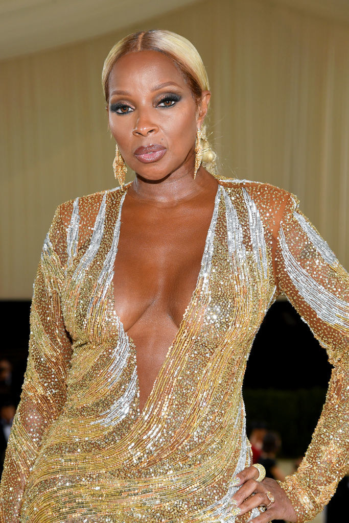 A close up ofMary J. Blige as she shows off her matching makeup