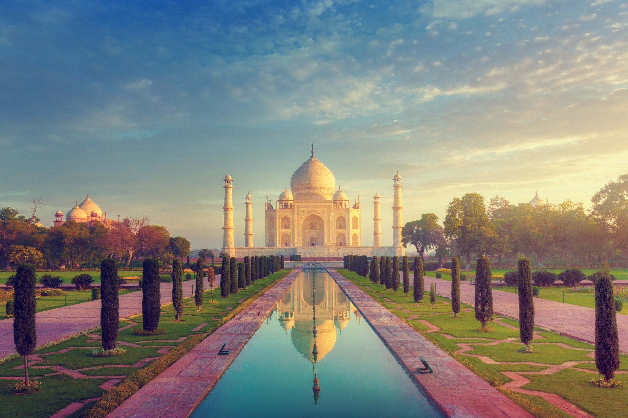 The Taj Mahal on a sunny day.