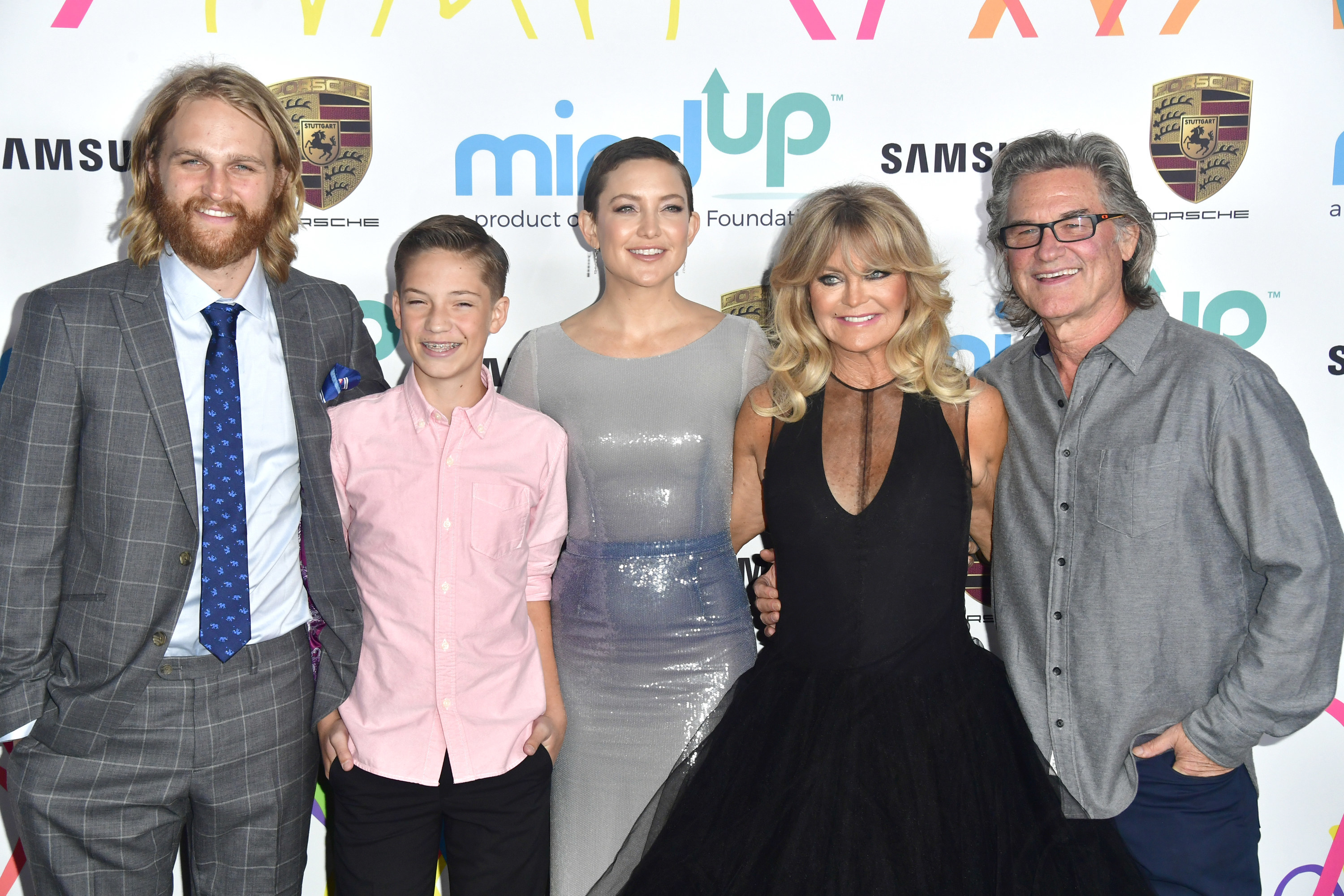 Kate posing at a red carpet event with her parents Goldie Hawn and Kurt Russell, her brother Wyatt Russel, Ryder