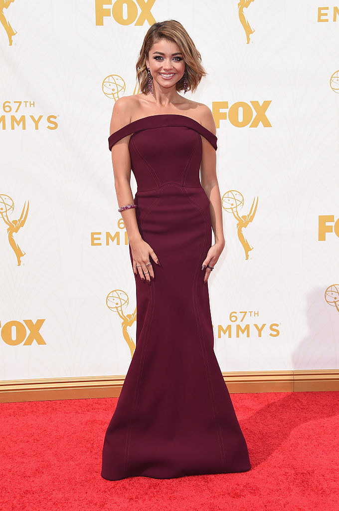 Off-the-shoulder strapless long dress with slight mermaid cut, cut at the waist with the off-the-shoulder part combining with the top to make a slight curve