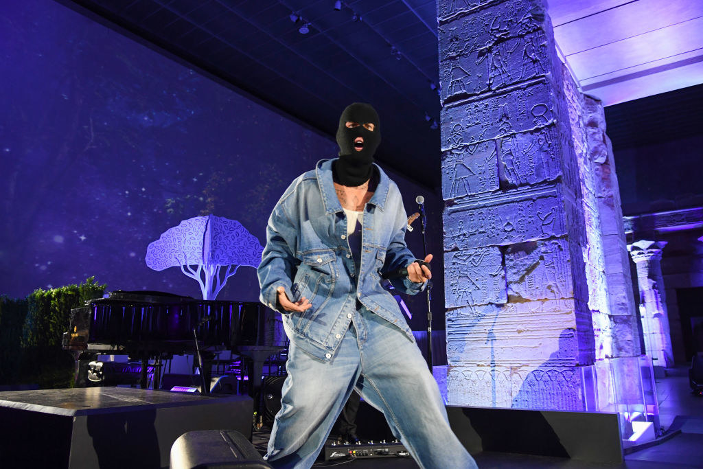 Justin performed in a demin jacket, jeans, and a balaclava