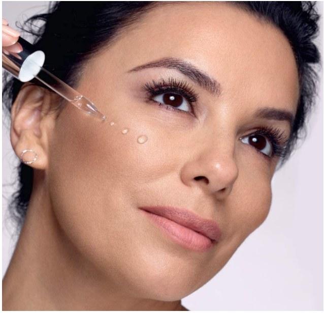 Foto de mujer utilizando serum facial de L'Oreal Paris