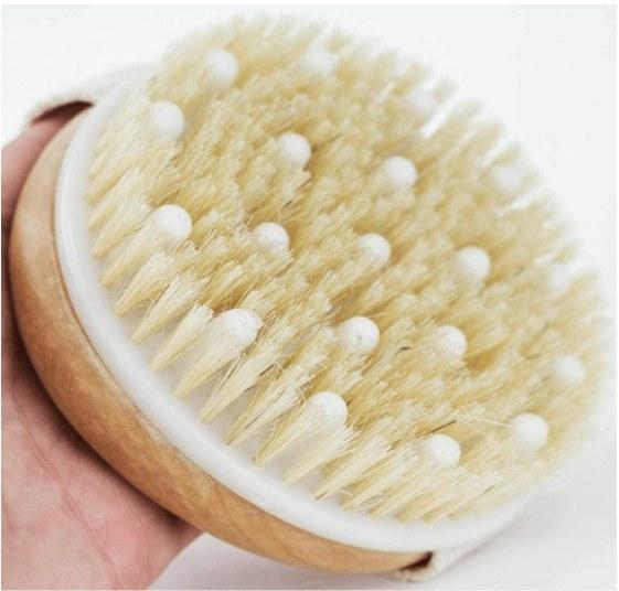 Foto de cepillo corporal para ducha con cerdas naturales