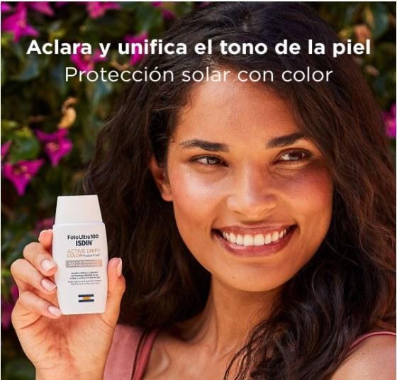 Foto de persona utilizando el protector solar con color de ISDIN