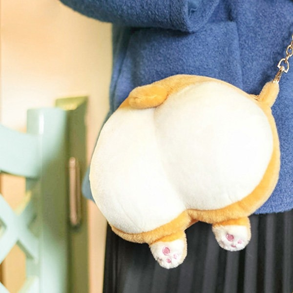 A model wearing the Corgi butt bag with a gold chain