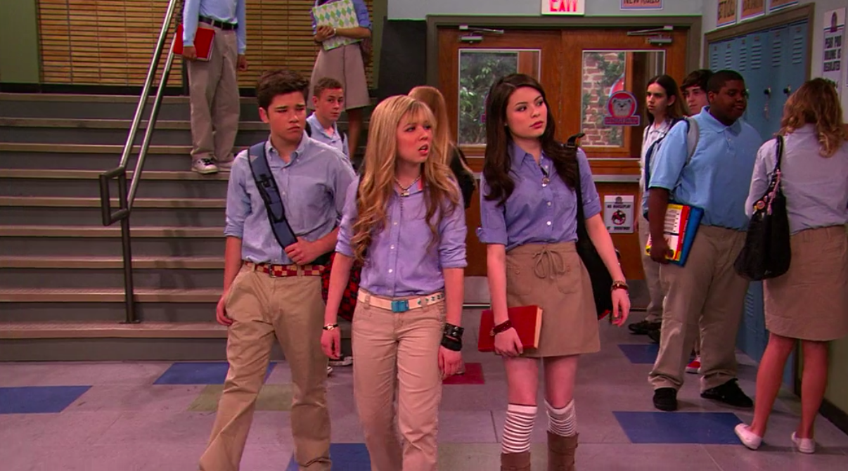 """Freddie, Sam, and Carly walking into school in their uniforms in """"iCarly"""""""