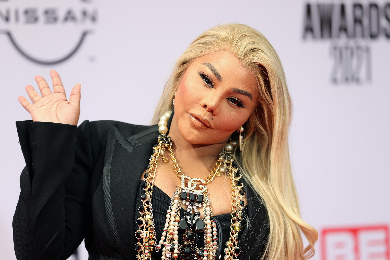Lil Kim waving to paparazzi