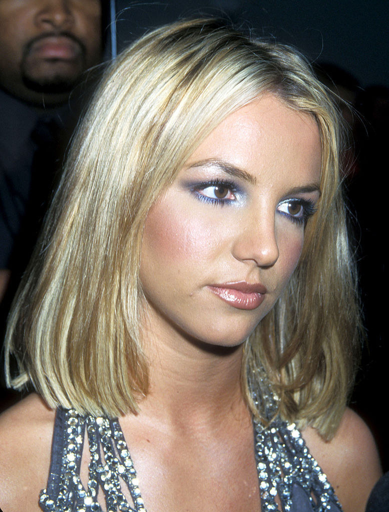 Britney attending an award show wearing smudged eyeliner and bronzer