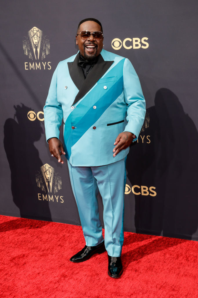Cedric The Entertainer in a teal suit on the red carpet