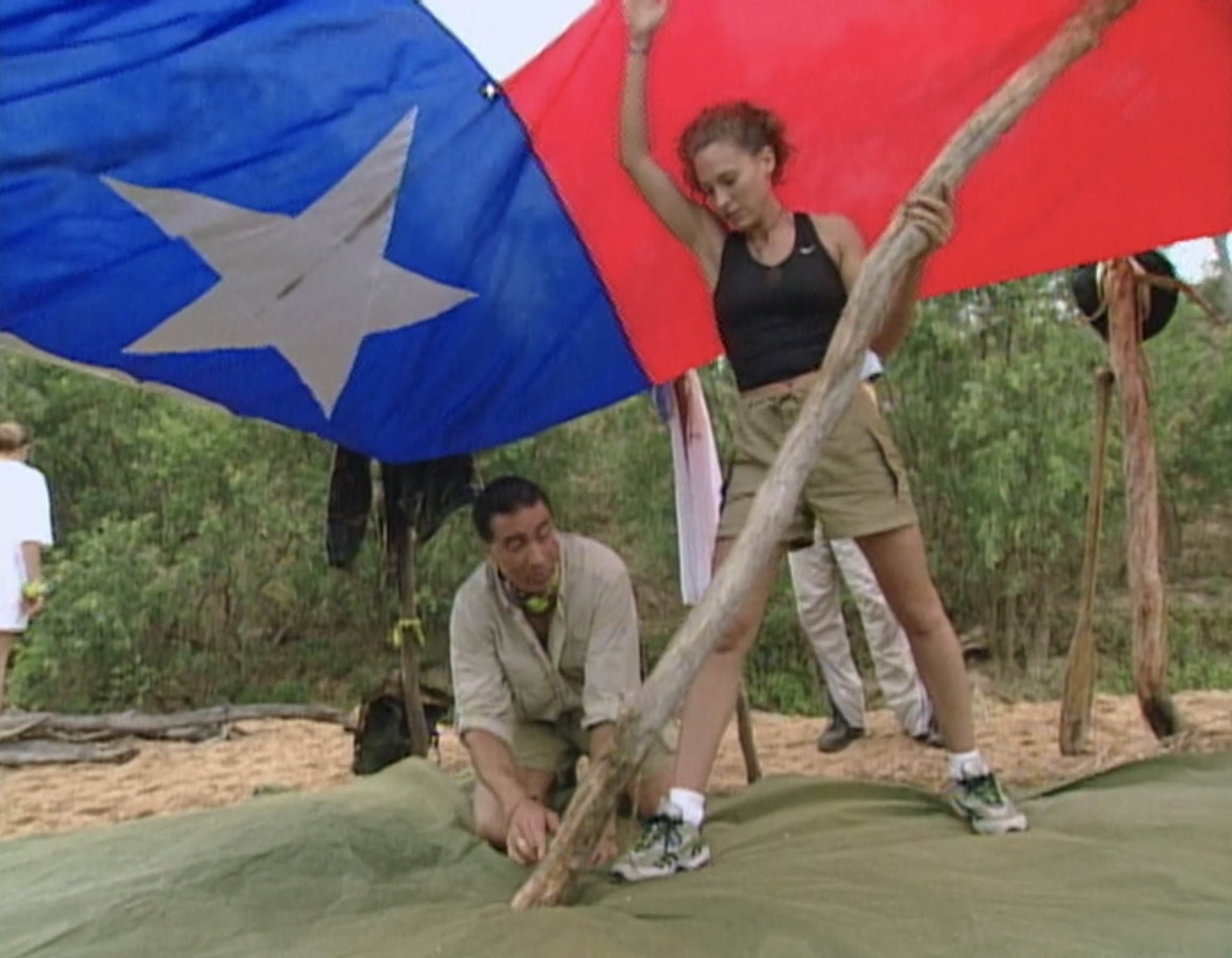 Keith Famie and Jerri Manthey use a large Texas flag to build a shelter on Survivor: The Australian Outback