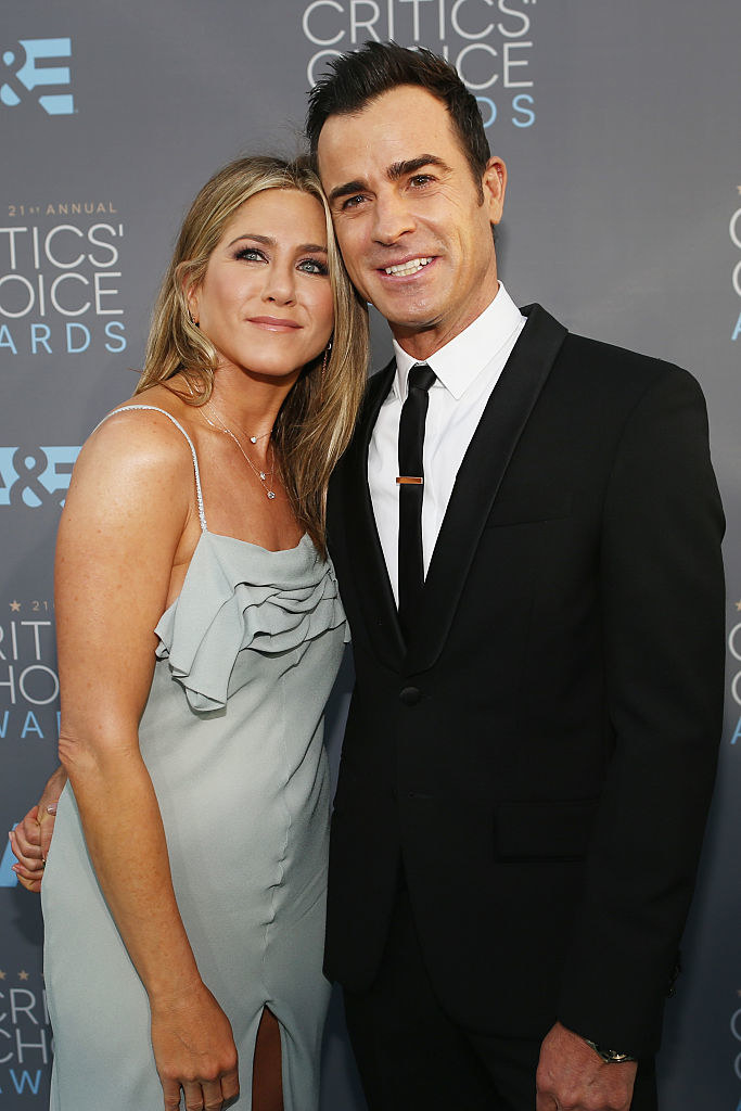 Jennifer Aniston (L) and Justin Theroux pose for photos at the 21st Annual Critics' Choice Awards