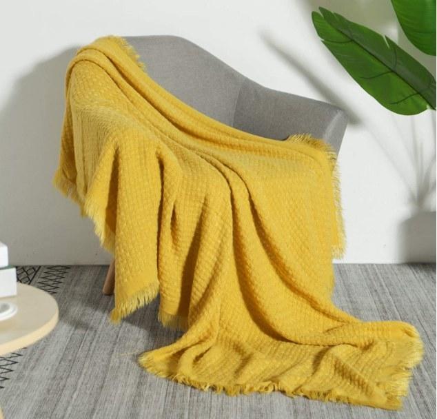 Foto de cobija de punto en color amarillo
